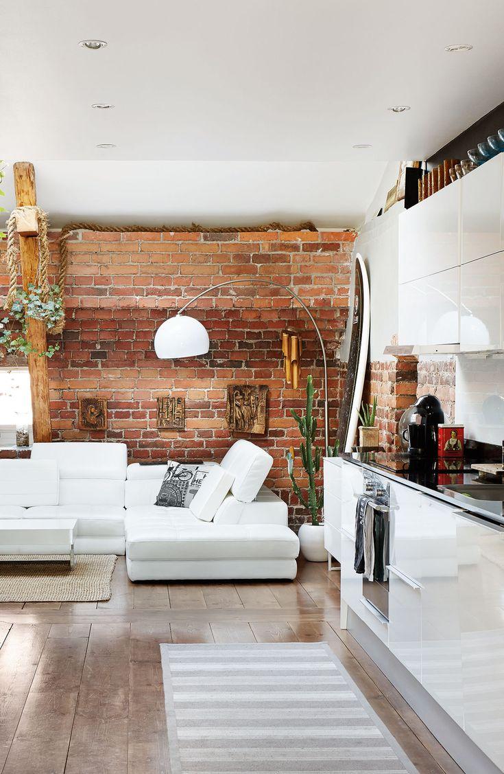 Moderni keittiö luo mukavan kontrastin ullakkomaiseen tunnelmaan.