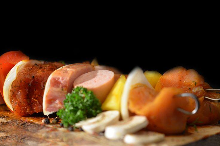 Gemengde brochette. Wil je een beetje vanalles proeven? Dan is dit een aanrader. Een brochette gemaakt van een stukje kip, BBQ worst, varkenshaas, runds en ovengebakken spek.
