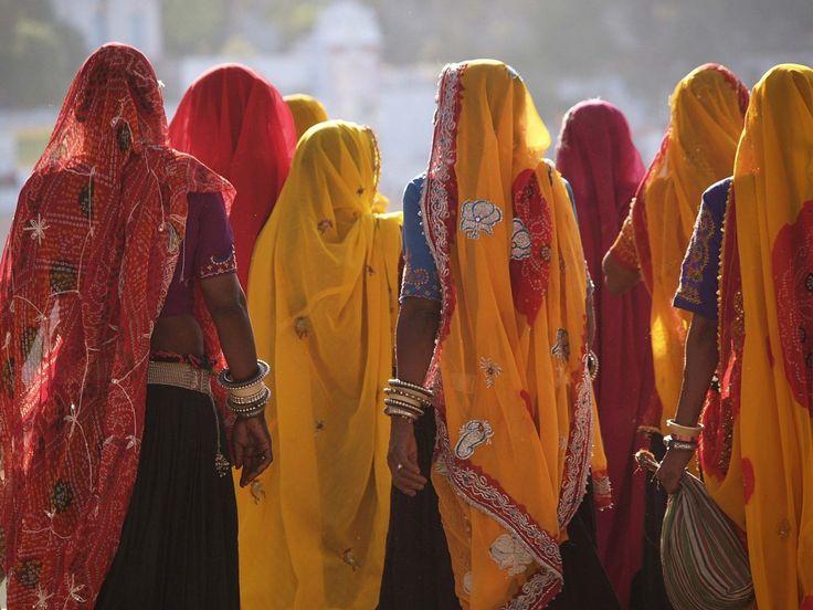 Women in saris, India (voyageur attitude)
