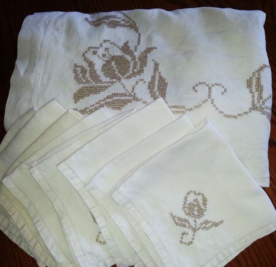 Lovely Southern Charmer -  Vintage Hand Stitched Linen Tablecloth with 8 matching napkins
