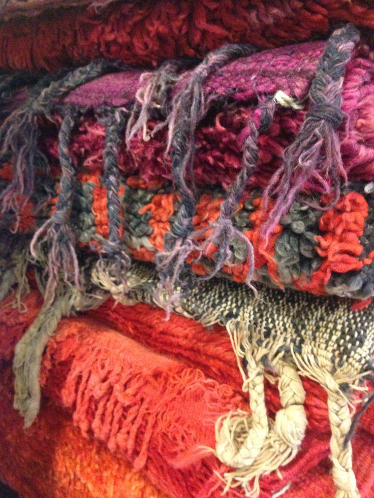 Mattor från www.isabelspinnars.se  Mattor handvävda naturfärgade i olika kulörer och mönster.