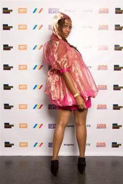 Avondjurkje van zijden organza rok gevuld met roze veertjes.