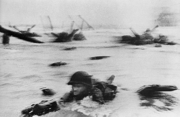 Registro do Dia D (II Segunda Gerra Mundial) by Robert Capa, que estava munido apenas de uma máquina fotográfica.