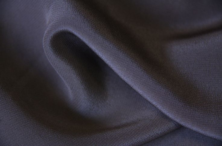 CRÊPE DE SOIE 799, au touché envoûtant, qui respire la fraîcheur. Largeur : 136 cm Poids ml : 105 gr/mètre linéaire Poids m² : 47 gr/m² Composition :   - 100% SOIE