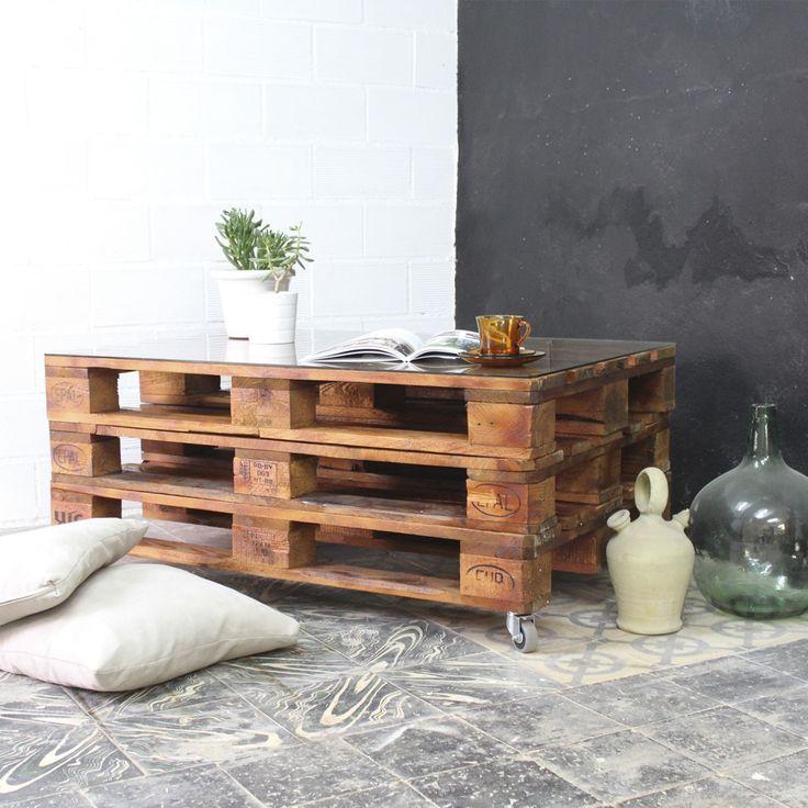 Mesa realizada con palets europeos reciclados. Tratamos la madera de los palets para que sea duradera y tengan un aspecto nuevo.  Estas mesas pueden emplearse tanto en interior como en exterior, si además incorporas la ruedas podrás variar su posición cómodamente siempre que quieras. Para que la superficie de la mesa sea cómoda, un