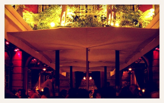 Le bar de l'Hôtel Costes    Pourquoi? Pour le décor, pour le patio en plein air, pour les alcôves tout droit sorties d'un XIXème siècle de rêve. Une adresse pensée comme un spectacle, et qui continue, au fil des ans, de soigner sa chorégraphie.