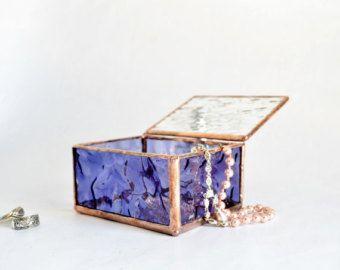 Juego de dos cajas de cristal morado, caja de cristal azul púrpura, Mostrar vidrieras vidrio cristal pantalla caja, caja de joyería de cristal, boda, caja de joyería, regalo para novia, Dama de honor de regalo   Esta caja de presentación es hecha a mano de cristal de vidrio y el espejo morado, claro.   La caja de cristal es abatible, por lo que puede mostrarse abierta o cerrada.   Medidas: 5 x 2 1/4 x 1 1/4   Cuidadosamente envuelto para el envío.   ¡Gracias