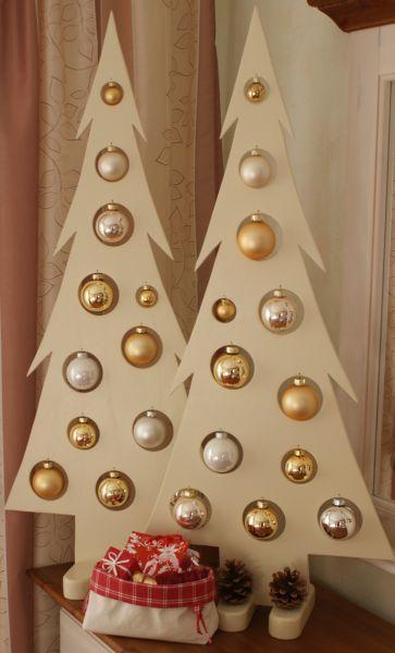 Holztannenbaum mit Glaskugeln für eine adventliche und stimmungsvolle Dekoration