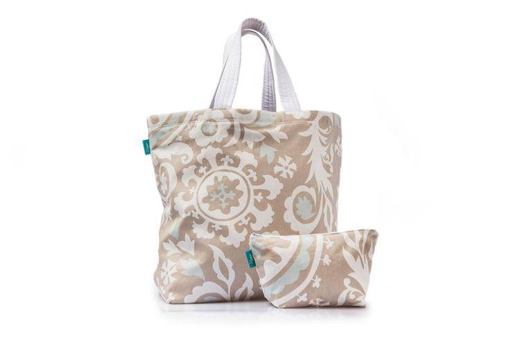 Saco de Praia Grey  Dimensões: Largura 53 cm x Altura 40 cm  As alças do saco são personalizáveis em dois tamanhos...Alça de mão e ombro.