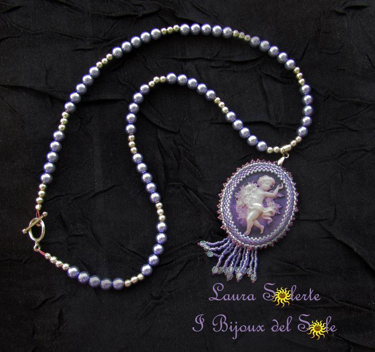 Filo di perle sintetiche con ciondolo cammeo in resina incastonato con perline di precisione Miyuki e mezzi cristalli. Venduto. Disponibile in vari colori su ordinazione