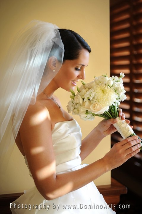 #Bridal #bouquet with #white #roses and #white #eustoma ... simply gorgeous... #Wedding #Picture by #DominoArts #Photography (www.DominoArts.com)