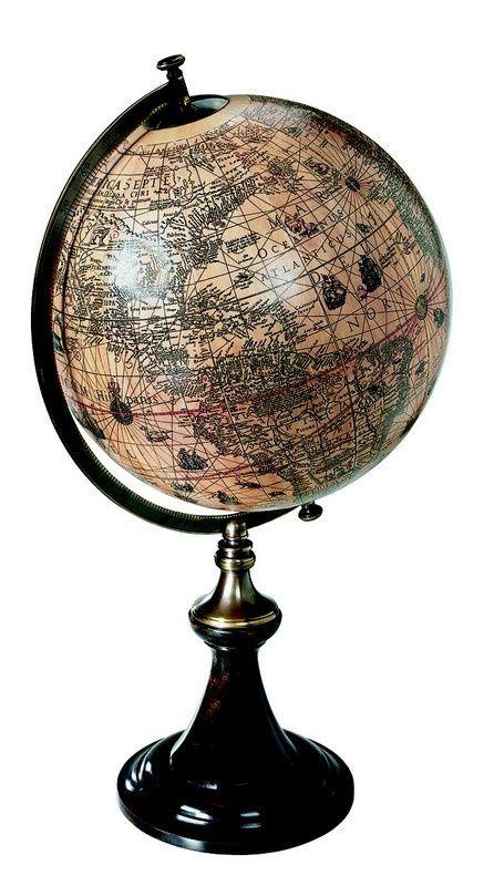 Jodocus Hondius (1563 - 1659) était un célèbre cartographe qui quitta sa maison natale de Gand à l'arrivée de l'inquisition espagnole. Au cours d'un séjour à Londres, il publia cette carte du monde tel qu'on le connaissait et encore tel qu'on le découvrait à cette époque.