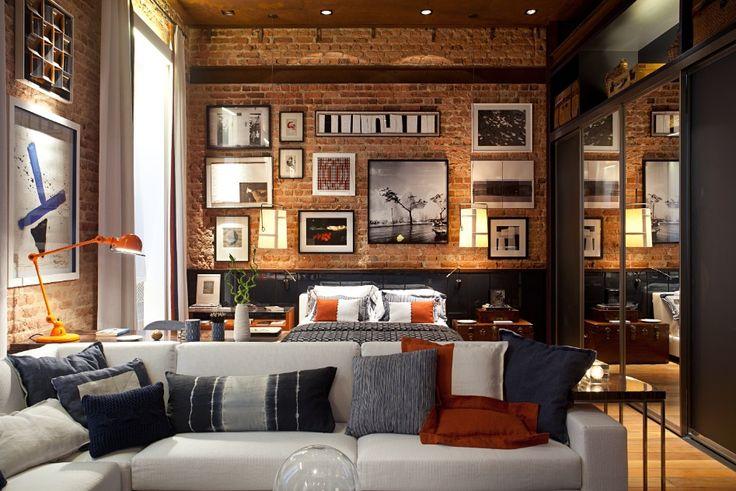 O arquiteto Luiz Fernando Grabowsky criou o Loft + Rio, onde as paredes de tijolo e o teto de madeira aparente, originais da construção, foram preservados. A Casa Cor RJ