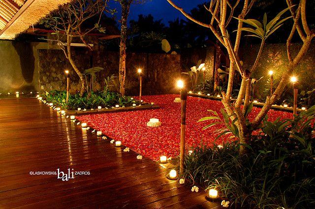 @XL Axiata #PasanganSehati tak lupa pula di kolam renang ditaburi bunga mawar yang wangi mengharumi kencan malam yang indah