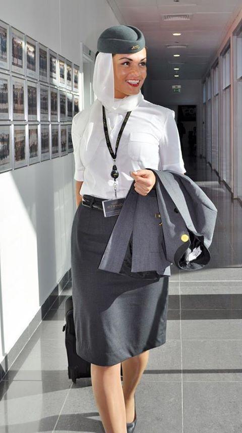 Etihad Airways cabin crew - Beauty//Etihad Airways est la compagnie aérienne nationale des Émirats arabes unis. Elle opère des vols internationaux sur 5 continents depuis son hub à l'aéroport international d'Abu Dhabi, et a transporté 10,3 millions de passagers en 2012. Wikipédia