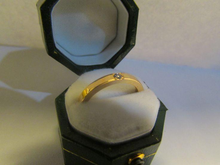 Argolla matrimonio hecha en oro de 18K con engaste cuadrado de brillante por Natalia Cruz Abarca.