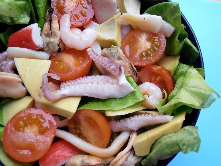 CAIETUL CU RETETE: Salata cu fructe de mare si avocado