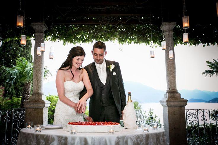 Cutting the cake under Villa Cipressi's pergola!