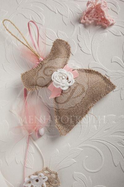 Μπομπονιέρα βάπτισης για κορίτσι φόρεμα από λινάτσα με πλεκτό λουλούδι