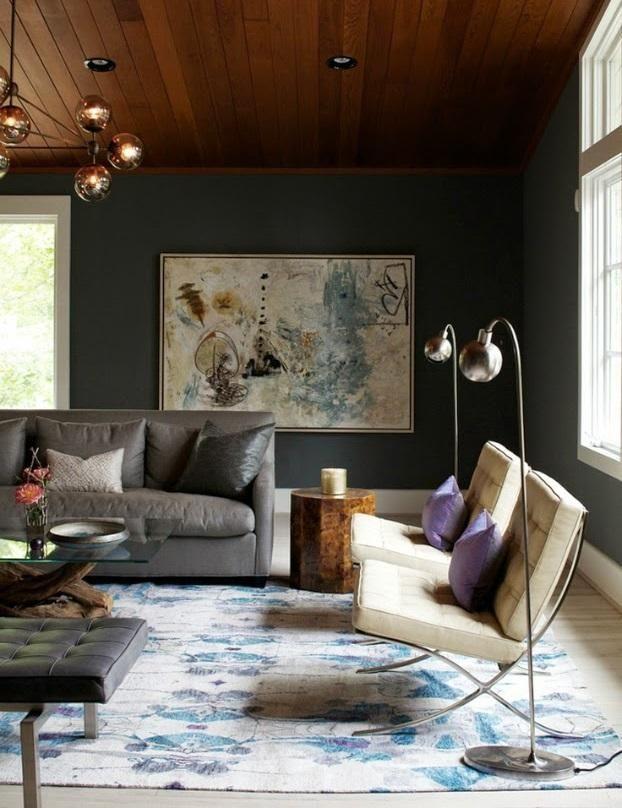 Un salón con techo de madera y paredes pintada en un tono oscuro de gris.