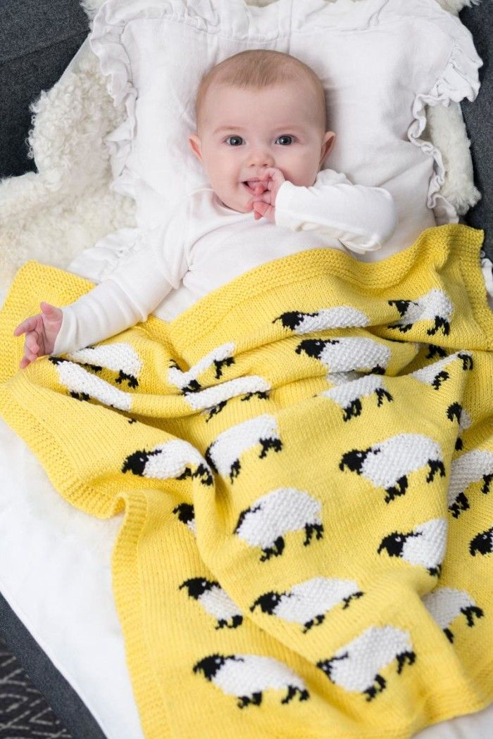 Massor av söta små lamm pryder den fina babypläden i mjukaste bomullsgarn. Sticka till ditt barn eller barnbarn! Resultatet blir en skön favorit att mysa under.