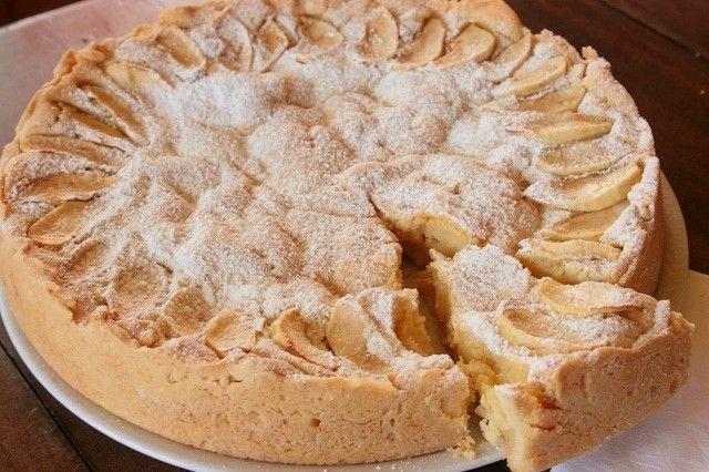 La crostata morbida di mele e crema pasticcera è un dolce goloso, con ingredienti semplici ma soprattutto legato alla tradizionale torta di mele preparata da sempre dalle nonne. Ecco la ricetta