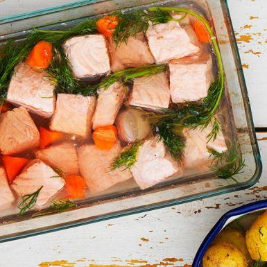 Det ska var ordentligt vinägertryck i lagen till inkokt lax! Att koka in laxen i mindre bitar är både snabbare och blir snyggare. Den inkokta laxen blir till en somrig bjudrätt tillsammans med mandelstekt sparris och en läckert grön dillmajonnäs.