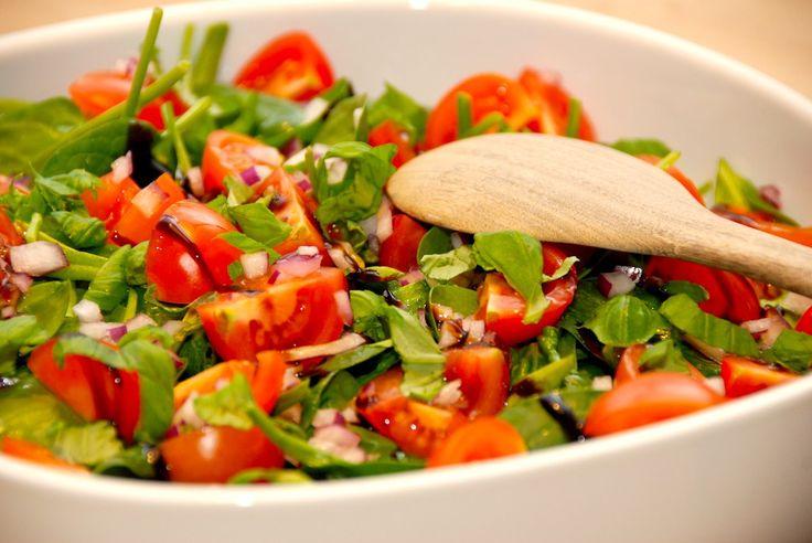 God opskrift på spinatsalat med tomater. En nem og lækker salat med babyspinat, cherrytomater og rødløg. Vendes med balsamico og olie. Til spinatsalat med cherrytomater til fire personer skal du br…