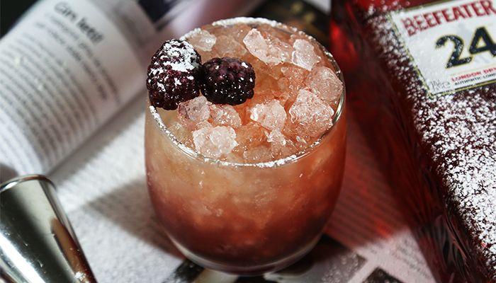 Kto by nepoznal Gin? Na Slovensku je častokrát prirovnávaný k borovičke a to mi priznám sa, vadí. Históriu píše už od roku 1650 a doteraz sa vyrába destiláciou obilného kvasu, pridaním bylín a ďalších prísad. Najčastejšie sa používajú borievky, citrusová aróma, ale i aníz, koreň angelika, sladké drievko a mnohé iné.