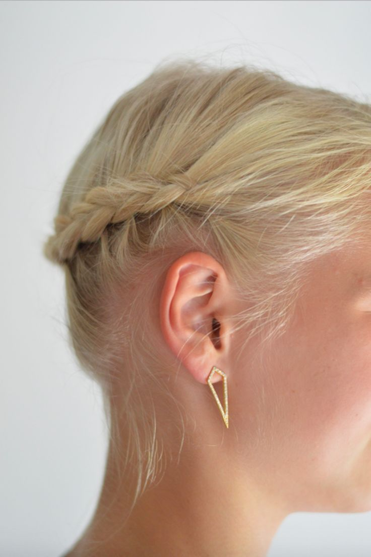 Short haircuts and tight hairdos will always bring the best out of your earrings. Get these beautiful geometric earstuds from Hvisk right here: http://hvi.sk/r/4ypD #hvisk #hviskstyling #hviskstylist #hviskjewellery #jewellery #braid #hairstyle #earrings #gold #zirconia #geometric #simple #elegant