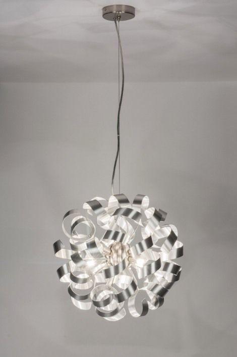 Klik op deze link voor webwinkel :https://www.rietveldlicht.nl/artikel/hanglamp-72502-modern-eigentijds_klassiek-design-aluminium-aluminium-staal_rvs-rond Hanglamp 72502 Ø 45cm - Geschikt voor LED .Deze hanglamp is gemaakt van aluminium en heeft een weelderig uiterlijk dat bestaat uit romantische krullen. Tussen de krullen liggen zeven lichtpunten die zorgen voor een sfeervolle lichtreflectie. Mocht u deze verlichting willen dimmen dan kan dat met behulp van een muur dimmer.