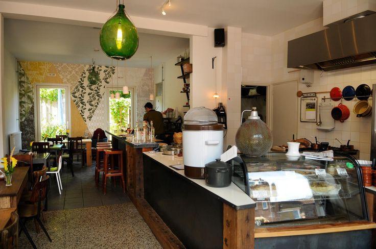 DE SOEPBOER: De Soepboer is een kantine, een lokaal voor buurtbewoners en liefhebbers. Soep is van alles wat en de Soepboer wil dat ook in z'n zaak. Het is een plek waar iedereen binnen kan komen of naar binnen kan kijken. Geen rolluiken, maar ramen van plafond tot vloer. Open voor iedereen. Ook voor een limonade en de krant. Haast je dus snel naar de Van der Pekbuurt in Amsterdam!