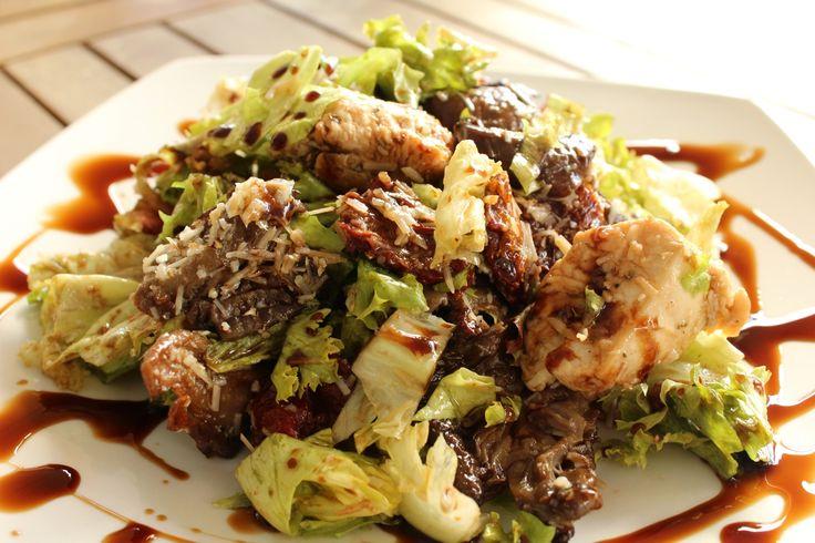Σαλάτα με κοτόπουλο και ψητά μανιτάρια