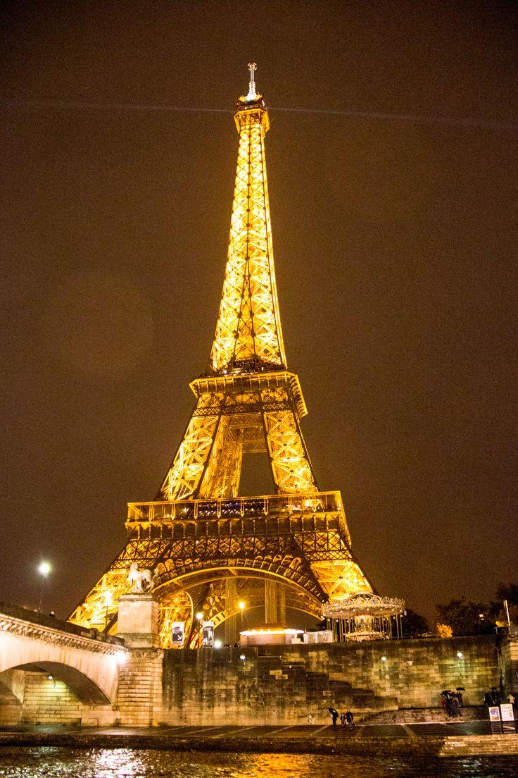 De Eiffeltoren bij nacht, gezien vanaf de Seine