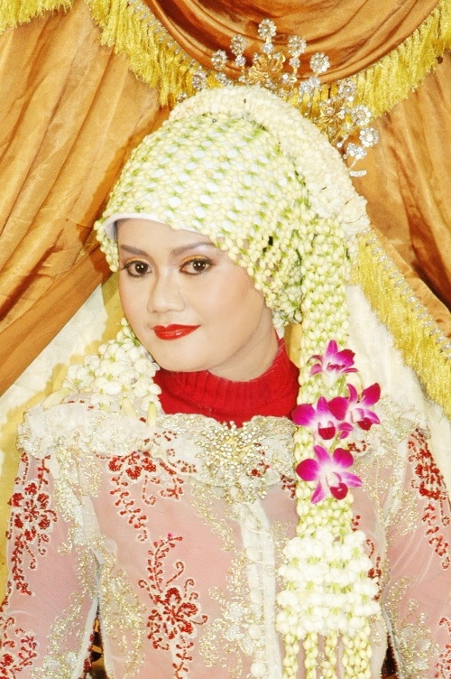 Indonesian traditional wedding.traditional bridal Muslim Indonesia, Indonesia has many cultures and one of them Javanese traditional wedding dress that has been modified