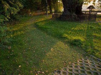 Créer une allée de jardin avec des dalles à engazonner