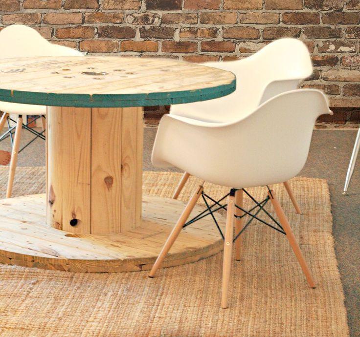 DIY Esstisch rund aus Kabelrolle für schickes Raum Design