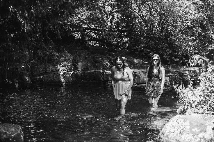 Freitag, 03.07., 14:33 Uhr – Kreuzberg, Viktoriapark: Die Mittagshitze verbringen wir damit, im Wasserfall herumzulaufen und möglichst nicht zu zerfließen. Klappt ganz gut. © Lena Meyer