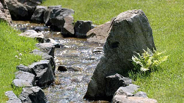 Einen Bachlauf im Garten können Sie selbst anlegen. Tipps für die Planung, wenn Sie den Bachlauf selber machen wollen.