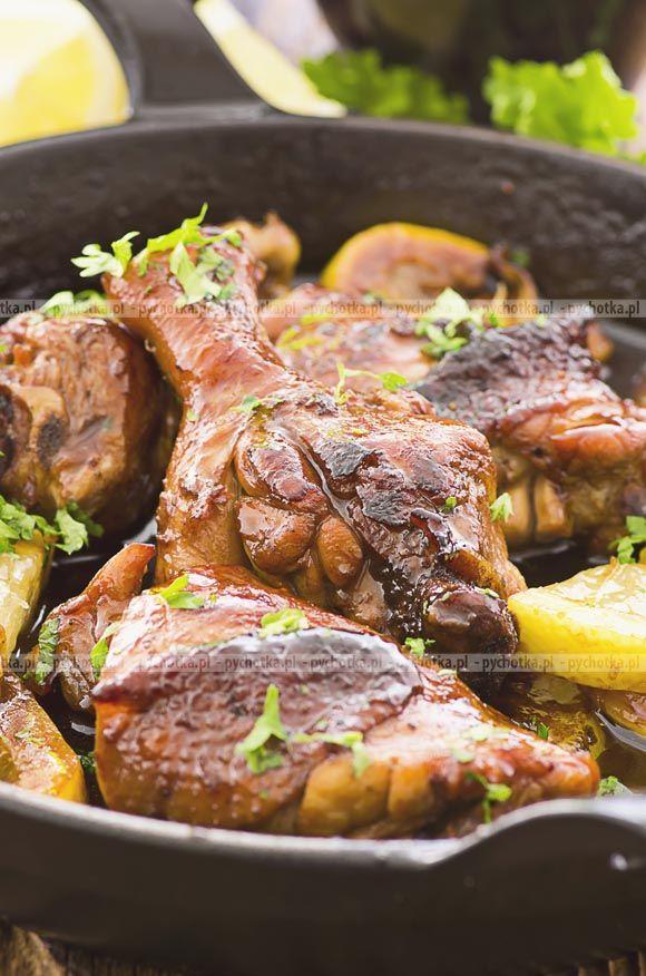 4 ćwiartki kurczaka starta skórka i sok z 2 cytryn 4 łyżki oliwy 2 roztarte ząbki czosnku 2 gałązki tymianku sól pieprz