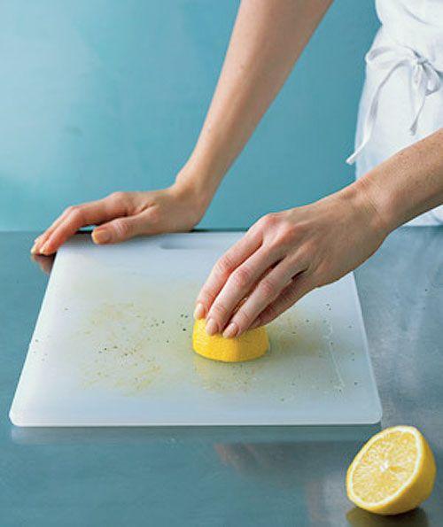 Лимоны помогут удалить пятна с деревянных и пластиковых разделочных досок. Разрежьте лимон пополам, выдавите сок на грязную поверхность и оставьте на 20 минут. Затем сполосните.