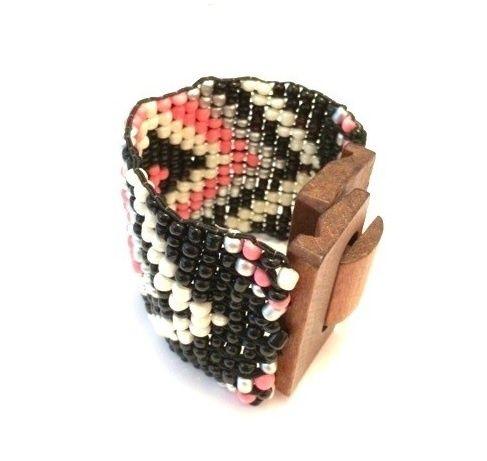 Ibiza look armband met houten sluiting (roze/zwart) Mooie brede Ibiza look armband met houten sluiting en kralen in een aztek creatie (roze/zwart).   Kijk voor een leuke bijpassende riem in onze webshop bij 'Riemen'.