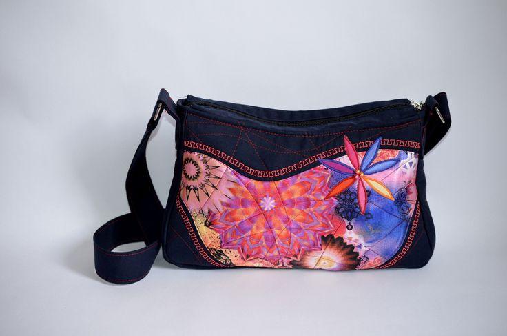 ELEANORka little no. 5 Originální handmade patchwork kabelka s výraznými růžovými vzory a detailním prošitím kabelky. Určeno pro všechny milovníky patchworku. Rozměry: výška: 18 cm šířka: 28 až 30 cm (směrem ke dnu kabelky) Kabelka je dvakrát vyztužená-pěkně drží tvar. Uvnitř kabelky je podšívka a 2 kapsičky (jedna z nich je na zip). Popruh kabelky je volně ...