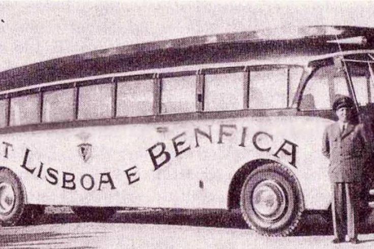 """Autocarro Somua (início dos anos 50): O primeiro Autocarro do Benfica foi este Somua. Não haveria melhor veículo para festejar o Tetracampeonato do que o primeiro autocarro do Sport Lisboa e Benfica. Com base mecânica Somua, de produção francesa, segundo apurámos recebeu uma carroçaria única no Porto, para o grupo de teatro """"Companheiros da Alegria"""". Foi adquirido pelo Benfica no final de 1954, mantendo a decoração a cinzento e vermelho e esteve no activo até ao final dos anos sessenta…"""