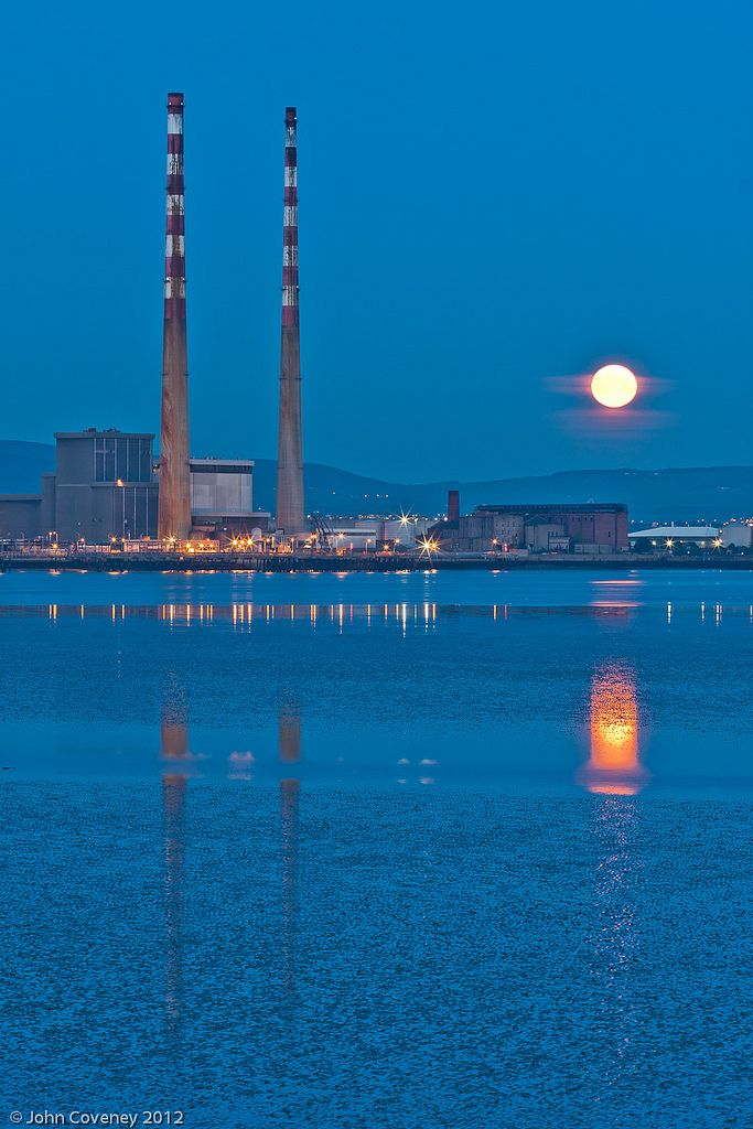 What a beautiful moonlit view of Dublin's famous striped Poolbeg Chimneys. It just makes you want to go on a romantic boat ride down the Liffey, doesn't it?