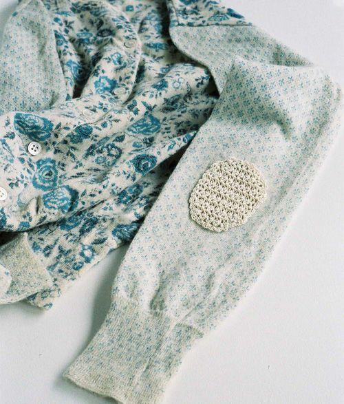 ほぼ日刊イトイ新聞 - お直しとか 横尾香央留: Fashion Crafts, Mendes Ideas, Elbow Patches, Apparel Ideas, Knits Clothing, Crochet Elbow, Mendes Hole Crochet, Diy Crochet, Crochet Patches