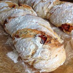Übernacht-Tomatenbrot: Ich habe dieses Brot gestern zum Brunch mit Freunden gemacht und ich muss sagen es ist einfach der ABOLUTE Oberhammer!!! Eins meiner neuen Lieblingsrezepte!!! T.S. – Rieke