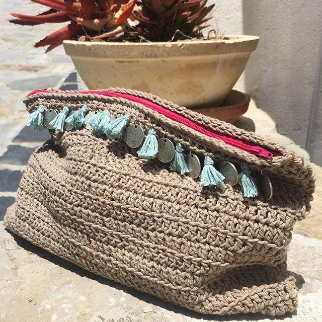 WEBSTA @ santapazienzia - Hoy estoy de estreno, este Clutch de algodón tiene la misión de acompañarme todo el veranito. Mira @tu_luna_mallorca esto era lo que me traía entre manos #santapazienzia #clutch #handmade #algodon #flecos #tassel #diy #crochet #ganchillo #knit #ready #summer #love #complementos #boho #chic #amano #puntoalto #etnic