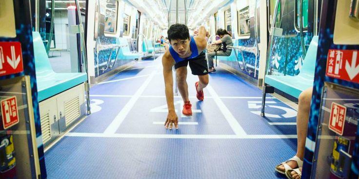 En piscinas olímpicas, campos de básquet y pistas de atletismo se convirtieron los vagones del metro en Taipei, Taiwán.
