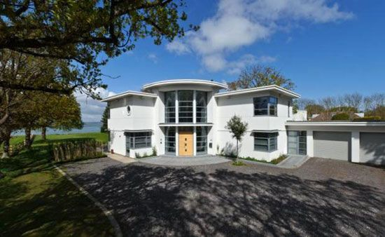 Art deco inspired contemporary four bedroom house in hayling island hampshire